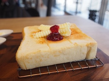 完璧な焼き加減で運ばれてくる食パン。アツアツをすぐにいただくのがお約束ですよね。切り込みが入っていて、ひと口サイズにちぎりやすい心遣いも。