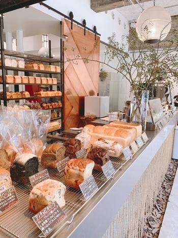 気になるパンがあったらテイクアウトしましょう。21種類もの雑穀を練りこんだものや、竹炭とドライトマトを組み合わせたものなど個性豊かな食パンに出合えますよ。