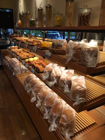 約30年前にクロワッサンのような食パンが作れないかと考案されたことがきっかけで誕生しました。デニッシュの特徴であるサクサク感とやさしい甘さ、中のしっとり感がおいしいと評判を呼び、全国的な知名度を誇ります。 一般的な食パンは4~5時間ほどでできあがりますが、こちらは10~11時間もかけて作られているそう。