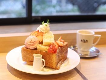 カフェタイムに「ハニートースト」はいかがですか?厚切りのデニッシュ食パンは、バターの風味が豊かで、アイスや生クリームとの相性も抜群。