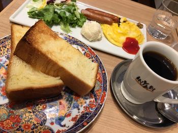 朝7時過ぎから営業しているので、モーニングにもおすすめ。「コンチネンタル」は、トーストに、ウインナーや卵、サラダ、コーヒーまたは紅茶がセットになっています。和柄のプレートも京都らしいですよね。