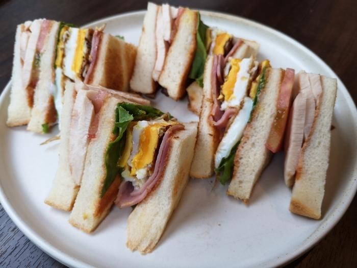 「クラブハウスサンドイッチ」は、8枚切りを3枚分使った男性も満足できるボリューム感。グリルベーコンやローストチキン、目玉焼きに、たっぷりのお野菜など具だくさんで贅沢なパンランチを楽しめます。パンに欠かせないコーヒーにもこだわっていて、横浜の人気ロースター「TERA COFFEE and ROASTER」と共同開発したオリジナルブレンドを使用し、1杯ずつハンドドリップで淹れるというこだわりです。