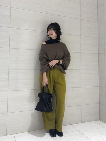 キレイ色のパンツには、定番のブラックのショートブーツを合わせて。バッグも黒を選ぶと統一感が出ます。