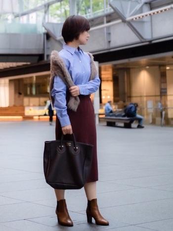 トラッドな印象のコーデに、明るめブラウンのショートブーツがよくマッチしています。ふわふわニットを羽織って、コーデが寂しくならないようにします。
