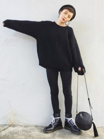 全身黒のスタイリッシュなコーデ。ビッグシルエットのセーター&スキニーパンツの組み合わせに、足元はゴツ目のブーツを合わせてコーデに緩急を付けて。
