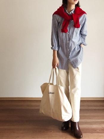 ストライプシャツに白パンツの爽やかコーデ。足元はブラウンのショートブーツで秋っぽさを出して。