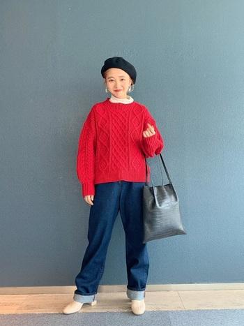 デニムにパッと明るい赤のざっくりニットを合わせたコーデ。首元のハイネックの白と、ブーツの白がリンクしてお洒落感がアップ。