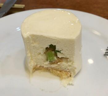 「ラギョール」という根セロリのムースは、ほんの少し酸味のあるレアチーズケーキのような味わいで、半分にすると中から小さな角切りのセロリが。独特の香りを活かしつつ上品な舌触りでシャキシャキ食感も楽しめる、新食感のベジスイーツです。