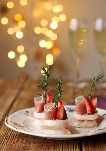 一見ケーキのようですが、カマンベールチーズを使ったとっても簡単な前菜です。食材をカットして重ねて巻いて、ケーキ風に仕上げていきます。ワインとの相性も抜群◎生ハム、チーズ、いちごのハーモニーを楽しむ大人のクリスマスに相応しいレシピです。