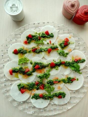 肉や魚を使わない野菜だけのカルパッチョは、スライスした大根を主役にしたひと皿。ソースに大根の葉を使い、トマトものせてクリスマスカラーに。旬のみずみずしさを味わえる大人のカルパッチョです。