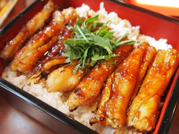 たちじゅう 園(その)は、大阪市阿倍野区にある太刀魚料理の専門店。 「たちじゅう」とは、「たち重」。うな重にひっかけてのネーミングで、重箱に入れたご飯の上に炭火で焼き上げた太刀魚(たちうお)のかば焼きを載せ、お店秘伝のたれを掛けたもの。