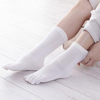 冷え対策として5本指ソックスを履くなら、「くらしきぬ」の冷えとり靴下のセットがおすすめです。 冷えとり靴下とは、シルクと天然繊維の靴下を交互に重ねて履く靴下をさしますが、こちらは5本指ソックスが2枚、先が丸い靴下が2枚、それぞれシルクとウールを使った計4枚がセットになっています。