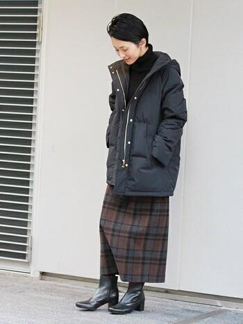 ストレートシルエットのチェック柄スカートを合わせて縦のラインを意識することで、ミディアム丈のダウンもすっきりと着る事ができます。足元はショートブーツを合わせてしっかり防寒。素敵な大人女性のダウンの着こなしです。