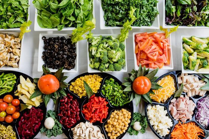 かつては「一日30品目を食べよう」と言われた時代もありましたが、現在では「主食、主菜、副菜を基本として食事のバランスを取る」とされています。食事を簡単に済ませようとするとどうしても糖質と脂質に偏ってしまうため、野菜やきのこ、豆類は望ましいのですが、無理に食材の種類を増やす必要はなく、栄養価の高い旬の野菜を中心として選べばOKです。