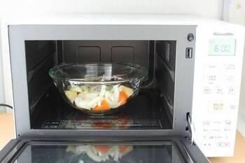 電子レンジを使った調理のメリットは、コンロまわりに油が飛ばないだけでなく、セットしたら放置しておける点です。上手な使い方を覚えれば、慌ただしい夕食時には特に重宝します。