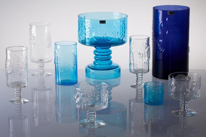 創業当時は吹きガラス・型押しガラス・彫刻ガラスなどのガラス製品を専門に製造していましたが、時代とともに磁器製の食器も製造されるようになり、現在は様々な種類のテーブルウェアを展開しています。Aino Aalto(アイノ・アアルト)やKaj Franck(カイ・フランク)といった、フィンランドを代表するデザイナーによって数々の名作が誕生し、世界中のファンから愛されています。