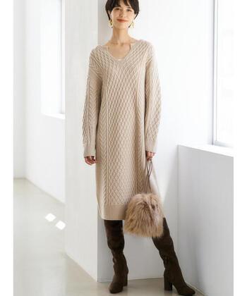 素朴さが魅力のアランニットですが、ワンピースになると女性らしさが際立ちます。「ハミルトン」のアランニットワンピースはブーツに合わせて1枚で着ても、スカートを重ね着しても◎