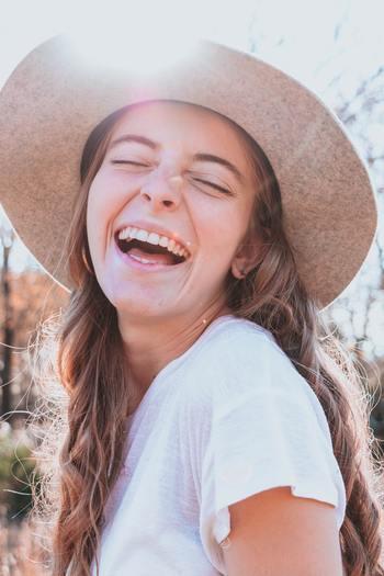 """""""Laugh and grow fat.""""  (笑って太れ)  「grow fat(ふくよかになる)」は「福々しく幸せそうな様になること」を表すのだそう。  日本語のことわざ「笑う門には福来る」、四字熟語では「笑門来福」にあたる言葉です。"""