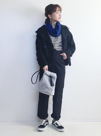 カジュアルなブラックベースのコーデもブルーのスヌードが一色入るだけでマニッシュな印象に。グレーのファーバッグが女性の柔らかさをバランスよく表現してくれています。