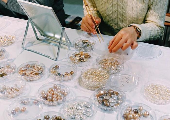 神保真珠商店では、全国で定期的に「オーダー会」を開催。シャーレに入ったびわ湖真珠をお客さんがその場で選び、アクセサリーをオーダーできる。それぞれの真珠の生産者の紹介やストーリーも聞くことができる。とことん迷いながら、自分だけの一粒を選ぶのも楽しい!(写真:神保真珠商店)