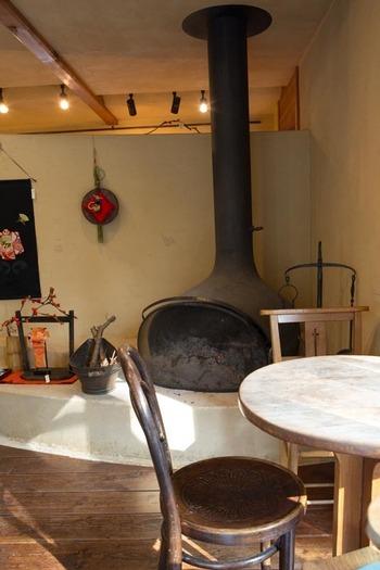 冬は暖炉でほっこり。エアコンの暖房とは違う温もりに体も心もじんわりほぐれていきます。