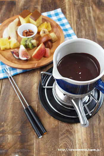 さまざまなフルーツをひたして楽しみたい、チョコレートフォンデュのレシピ。デザートタイムが盛り上がります。