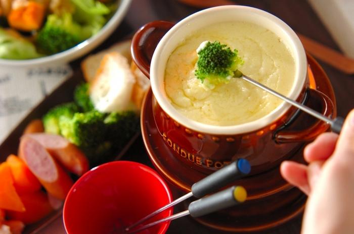 「チーズフォンデュ」とは、スイス地方の鍋料理のこと。白ワインで煮溶かしたチーズに、フォークに刺したパンや野菜をからませて食べます。お好みの食材をみんなでわいわい話しながら楽しめるチーズフォンデュは、女子会やホームパーティーなど大勢で集まる日にピッタリ。さまざまなチーズフォンデュのレシピと、食後のデザートやティータイムにに楽しめるフォンデュレシピをご紹介します。