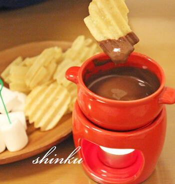 フルーツやマシュマロなど、甘いもののチョコフォンデュに飽きたら、ポテチを試してみて!一度食べるとやみつきになるはずです。