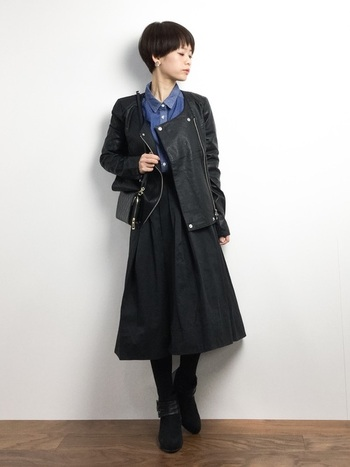 クールなブラックコーデは、デニムのブルーシャツをチラリと見せることで印象が和らぎます。一つ一つはメンズライクなアイテムを使っているのに大人なきれいめコーデになりますね。