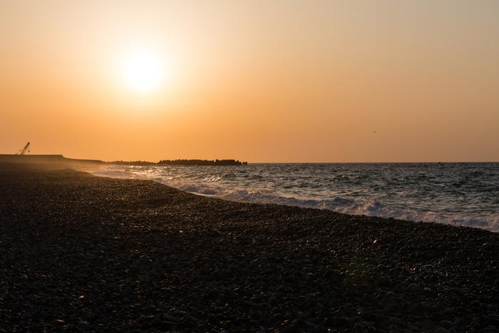 新潟県との県境・朝日町には、日本で古くから利用されてきた宝石「翡翠(ひすい)」が見つかる宮崎・境海岸、通称「ヒスイ海岸」があります。日本の渚百選にも選ばれている美しい海岸です。朝日や夕日のスポットとしても有名で、特に夏至の前後約1ヶ月は、海から昇り海へ沈む太陽を見ることができます。