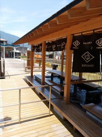 温泉街の入口・宇奈月温泉駅には、改札内外から楽しめる足湯「くろなぎ」があります。日帰り温泉であれば、観光案内所が併設されている「湯めどころ宇奈月」や、うなづき湖の近くにある「とちの湯」がおすすめ。こうした施設以外にも、日帰り入浴が可能な旅館も多く、日帰り旅行にやさしい温泉地となっています。