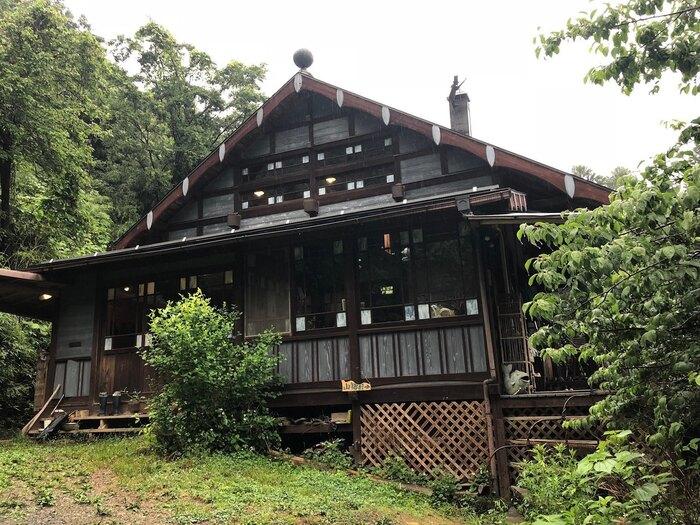 約3年をかけてオーナーご夫妻がセルフビルドした一軒家は、作家・宮沢賢治の「注文の多い料理店」をイメージしているそう。趣きのあるウッディな雰囲気が、周囲の自然としっくりとなじんでいます。