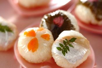 カルパッチョや手まり寿司にアレンジしても。 ほんのりピンク色の繊細な美しさはおもてなしにもぴったり。ラップでくるみ、ギュギュッと丸めたら、手まり寿司の出来上がり。