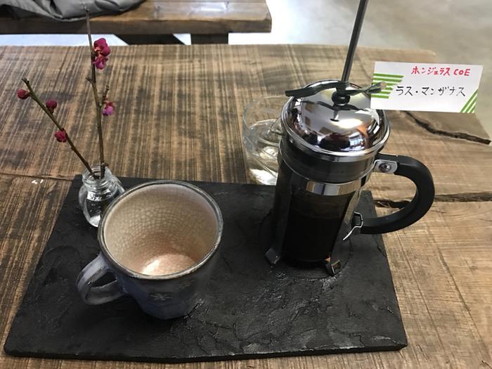 こちらのコーヒーは、すべてカップオブエクセレンス受賞の豆を使用。その年に収穫されたコーヒー豆の中から最高品質のものに与えられる称号で、全生産量の数%にも満たない貴重な豆で淹れたコーヒーは、通にも認められる一杯です。数種類から選べるので、苦みや酸味などの好みを伝えて選んでもらっても良いかもしれませんね。