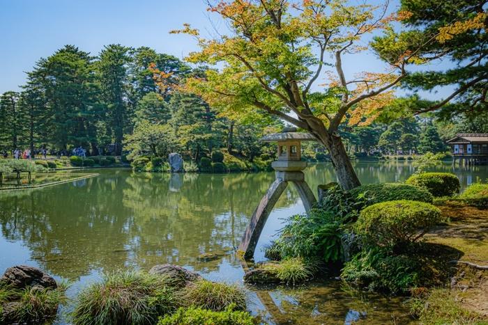 兼六園の中心部に位置する、園内で一番大きな約5800平方メートルの「霞ヶ池(かすみがいけ)」。