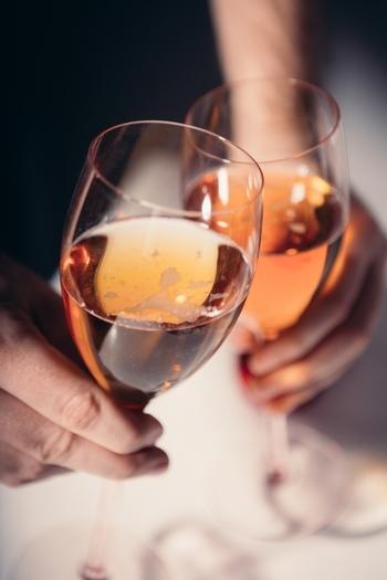 ワイングラスのようなふくらみをもったシャンパングラスもあります。ヴィンテージシャンパンなどの香りを楽しみたいという方におすすめのフォルムです。