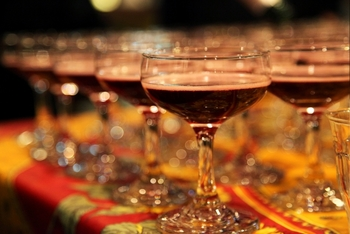 口が広いクープ型(ソーサー型)のシャンパングラスは、パーティーでもよく見かけますね。乾杯など飲み干すときなどにもぴったりな形です。炭酸がやや抜けやすいので、炭酸があまり得意ではない方という方にも。