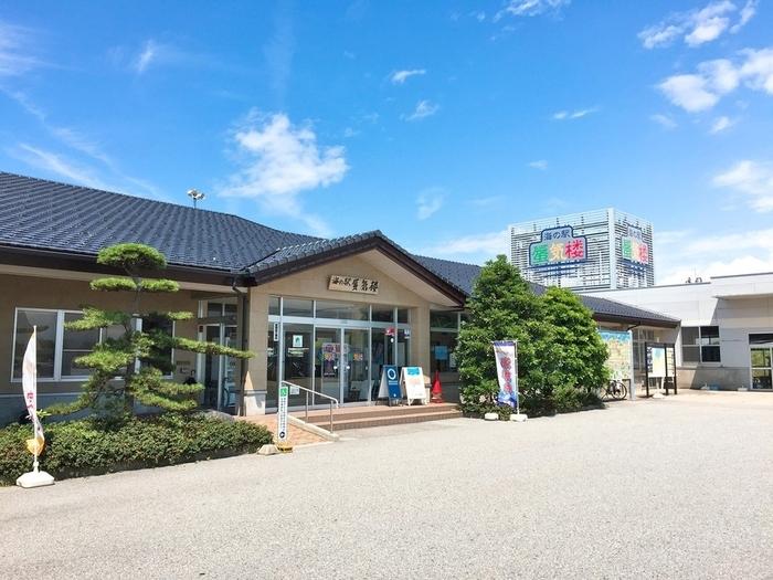 金太郎温泉でたっぷり温泉を楽しんだら、魚津市内を観光しましょう。まずは海の駅「蜃気楼」へ。海産物の販売や食事、お土産などがそろっています。朝市も楽しむことができますよ!すぐ近くには海も広がっているので、景色もぜひ堪能してみましょう。