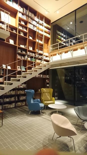 神奈川県箱根、強羅にあるブックホテル「箱根本箱(はこね ほんばこ)」。本と人との出会いの場というコンセプトのもと、本に囲まれて「暮らす」ように過ごすことができるホテルです。館内にある1万2千冊の本は、すべて購入が可能。「衣」「食」「住」「遊」「休」「知」といった様々なジャンルの本が展開されています。