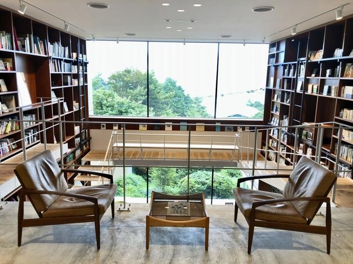 各界で活躍される人たちの選書による「あの人の本箱」も館内各所に登場しています。どんな本箱があるのか、とても気になりますよね。このホテルには、随所に本と出合うきっかけがたくさん用意されているんです。
