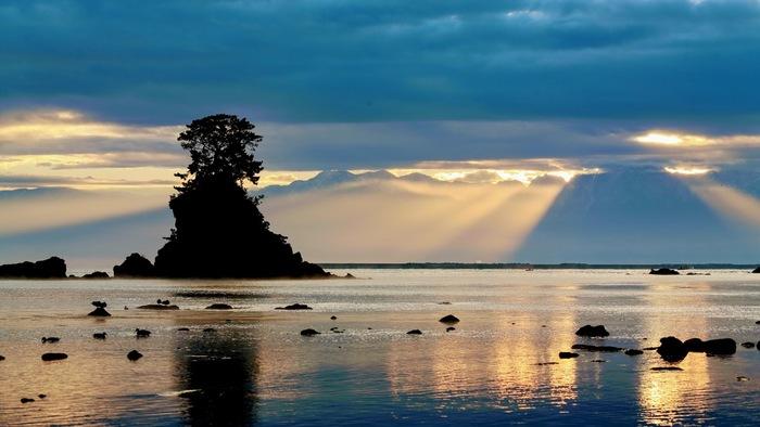 富山県の北西部に位置する高岡・氷見(ひみ)エリアは、富山湾の魅力を満喫できる場所です。特に人気なのが、高岡市にある国定公園「雨晴(あまはらし)海岸」。富山湾越しに立山連峰を望む、絶景スポットです。