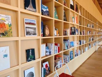 スタイリッシュな木の本棚に並んだ1000冊もの本は、施設内であればどこでも自由に閲覧できるようになっています。 「オトナが自分の素に戻れるような本を セレクトしている」という言葉通り、素直な気持ちですっと馴染むことができる本が集められています。