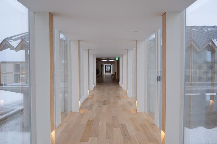 空間の切り取り方がアーティスティックで、どこを見ても絵になっています。木造の良さを生かし、紙管を使用した家具などを多用し、ぬくもりを感じさせる造りのホテルは、ゆったりとひとりの時間を満喫できる場になっています。