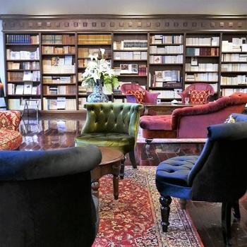 本好きさんには有名なお宿「蓼科 親湯温泉(たてしな しんゆおんせん)」は創業大正十五年という老舗の温泉宿です。  蔵書ラウンジ&Barの蔵書数はなんと約三万冊!あらゆる種類の本が取り揃えられています。