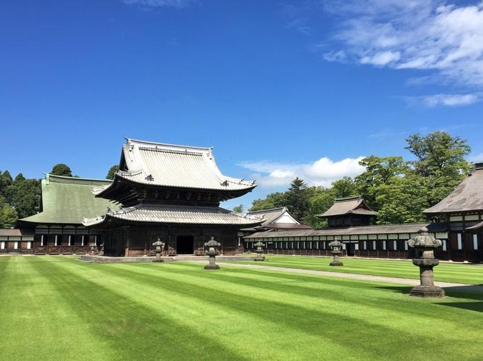 高岡市の「瑞龍寺(ずいりゅうじ)」も名所のひとつ。富山県唯一の国宝建造物です。中国の寺院を模して建てられており、計算し尽くされた建築美は圧巻のひと言!季節ごとに行われるライトアップイベントも人気です。