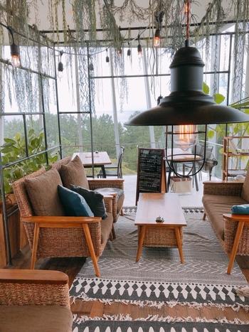 氷見市海浜植物園の4階には、本格的イタリアンレストラン「ボルカノ」があります。植物園の雰囲気を取り入れた、おしゃれなカフェです。ガラス張りの店内はとっても開放的。窓の外にはオーシャンビューが広がります。おすすめは、ガレット。ドリンクメニューもあり、カフェのみの利用も可能です。
