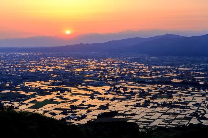 庄川と小矢部川が形成した扇状地に広がる「散居村(さんきょそん)」も見どころのひとつ。広大な土地に約7000戸もの家屋が点在する、全国的にもめずらしい集落です。田んぼに水が張られる時期は、太陽や月の光が反射した幻想的な景色を見ることができます。