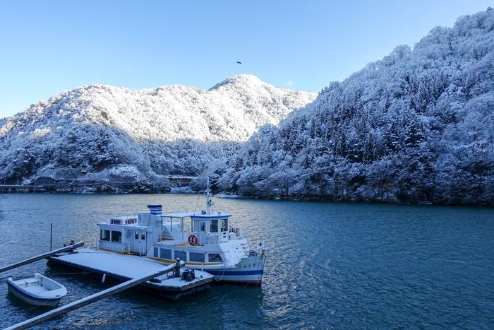 富山県の西部を流れる「庄川」周辺は、穏やかな清流と周囲の山々が織り成す景色が自慢のエリアです。季節によりがらりと雰囲気が変わるので、何度訪れても楽しめます。川沿いには、五箇山や大牧温泉、庄川温泉郷など人気の観光地が並んでおり、庄川を渡る遊覧船も大変人気です。