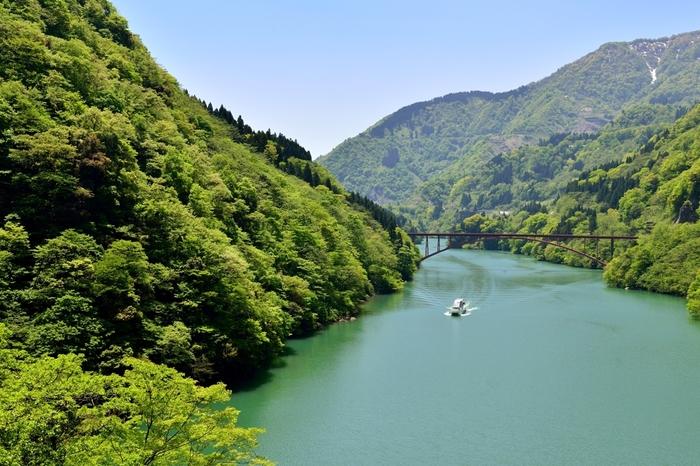 砺波市内を流れる庄川の近くにある庄川温泉郷は、穏やかで美しい自然と山川の幸、上質な温泉の三拍子がそろった温泉地です。古くは湯治場として利用されていました。それぞれの温泉で泉質が異なることから、温泉巡りにおすすめです。