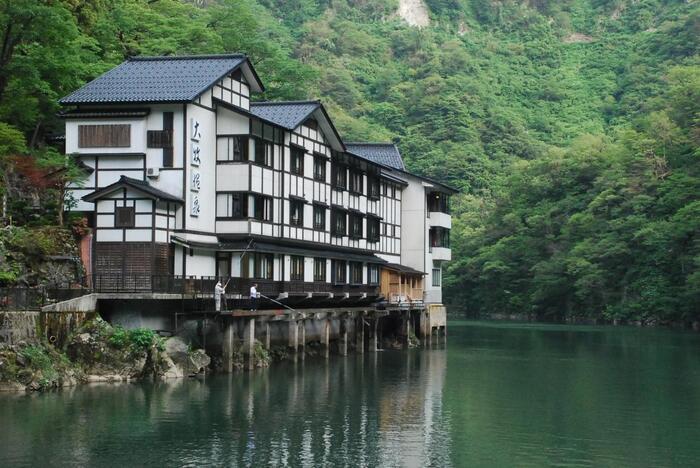 庄川温泉郷から遊覧船に乗ること約30分、川沿いに突如現れる温泉旅館・大牧温泉。富山でも人気の温泉でありながら、船でしか行くことができない秘湯です。山の中にぽつんと佇むその姿は、なんだか不思議な感じがします。